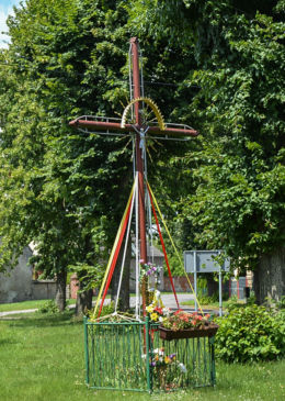 Krzyż przydrożny metalowy z kapliczką. Mączniki, gmina Gniezno, powiat gnieźnieński.