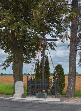 Drewniany krzyż przydrożny. Napoleonowo, gmina Gniezno, powiat gnieźnieński.