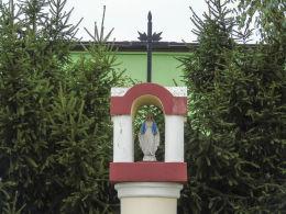 Kapliczka przydrożna Matki Boskiej przy ulicy Bocznej. Niechanowo, powiat gnieźnieński.