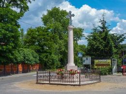Przydrożna kamienna kapliczka kolumnowa z krzyżem. Strzyżewo Kościelne, gmina Gniezno, powiat gnieźnieński.