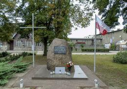 Krzyż i pomnik poległych i pomordowanych w II wojnie światowej. Żydowo, gmina Czerniejewo, powiat gnieźnieński.