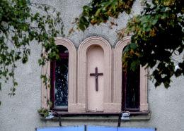 Krzyż w fasadzie domu przy Placu Obrońców Żydowa. Żydowo, gmina Czerniejewo, powiat gnieźnieński.
