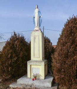 Przydrożna kapliczka kolumnowa Matki Boskiej z 1947 r.  Województwo wielkopolskie, powiat gostyński, Stężyca, gmina Gostyń.