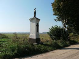 Przydrożna kapliczka Chrystusa przy polnej drodze. Cykowo, gmina Kamieniec, powiat grodziski.