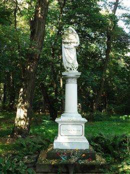 Kapliczka Matki Boskiej w parku pałacowym. Cykowo, gmina Kamieniec, powiat grodziski.