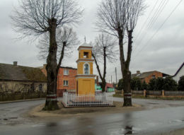Przydrożna kapliczka Matki Boskiej w centrum wsi. Gradowice, gmina Wielichowo, powiat grodziski.