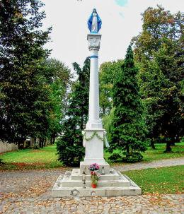 Kapliczka kolumnowa z figurą Matki Boskiej przed kościołem. Granowo, powiat grodziski.