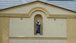 Figura św. Antoniego Padewskiego na budynku plebanii kościoła Ducha Świętego. Grodzisk Wielkopolski, powiat grodziski.