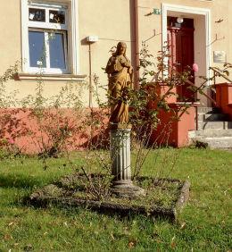 Figura Najświętszego Serca Pana Jezusa przed plebanią kościoła św. Jadwigi. Grodzisk Wielkopolski, powiat grodziski.