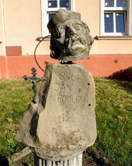 Fragmenty zniszczonej barokowej figury św. Jana Nepomucena przed plebanią kościoła św. Jadwigi. Grodzisk Wielkopolski, powiat grodziski.