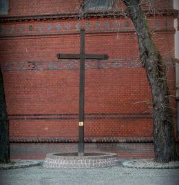Krzyż na dawnym cmentarzu przy kościele pobernardyńskim. Grodzisk Wielkopolski, powiat grodziski.