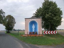 Przydrożna kapliczka Matki Boskiej z 1947 r. Januszewice, gmina Granowo, powiat grodziski.