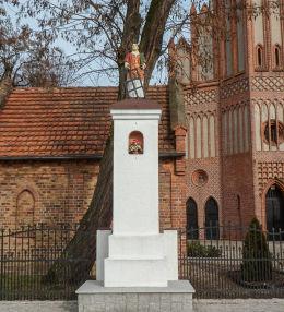 Przydrożna kapliczka słupowa św. Wawrzyńca. Kamieniec, powiat grodziski.