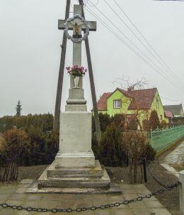 Przydrożny krzyż kamienny przy wyjeździe w kierunku Grodziska Wielkopolskiego. Kamieniec, powiat grodziski.