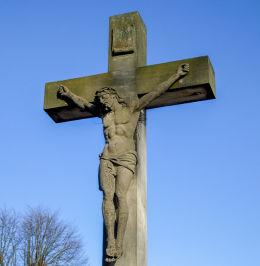 Kamienny krzyż na cmentarzu parafialnym. Kamieniec, powiat grodziski.