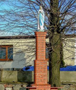 Przydrożna kapliczka słupowa Matki Boskiejna cmentarzu parafialnym. Kamieniec, powiat grodziski.