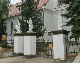 Figury świętych na słupach kościelnej bramy. Konojad, gmina Kamieniec, powiat grodziski.