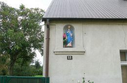 Kapliczka wnękowa w ścianie domu przy ul. Głównej 11. Konojad, gmina Kamieniec, powiat grodziski.