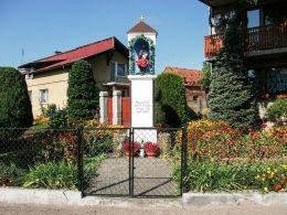Przydrożna kapliczka Serca Jezusowego. Kotusz, gmina Kamieniec, powiat grodziski.