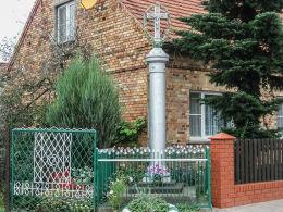Krzyż przydrożny przy domu nr 8. Maksymilianowo, gmina Kamieniec, powiat grodziski.