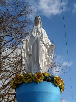 Figura Matki Boskiej przy parku dworskim. Niemierzyce, gmina Granowo, powiat grodziski.