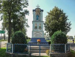 Przydrożna kapliczka Matki Boskie przy wyjeździe w kierunku Wielichowa. Parzęczewo, gmina Kamieniec, powiat grodziski.