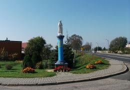 Przydrożna kapliczka Matki Boskiej przy drodze Poznań- Zielona Góra. Ptaszkowo, gmina Grodzisk Wielkopolski, powiat grodziski.