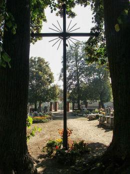 Krzyż z okiem opatrzności w alei cmentarza parafialnego, Ptaszkowo, gmina Grodzisk Wielkopolski, powiat grodziski.