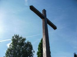 Krzyż przy kościele św. Marcina i św. Stanisława Biskupa. Rakoniewice, powiat grodziski.