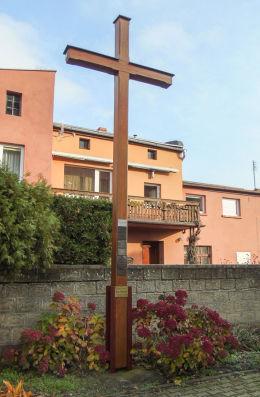 Krzyż przy dawnym kościele ewangelickim. Rostarzewo, gmina Rakoniewice, powiat grodziski.