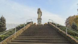 Figura Chrystusa na kopcu obok kościoła św. Urszuli. Ruchocice, gmina Rakoniewice, powiat grodziski.