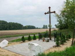 Krzyż przydrożny w pobliżu zespołu pałacowo-parkowego. Szczepowice, gmina Kamieniec, powiat grodziski.