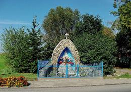 Przydrożna kapliczka - grota Matki Boskiej przy ulicy Pogórnej. Trzcinica, gmina Wielichowo, powiat grodziski.