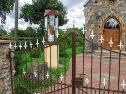 Kapliczka św. Wawrzyńca przed neogotycką kaplicą z 1884 r. Ujazd, gmina Kamieniec, powiat grodziski.