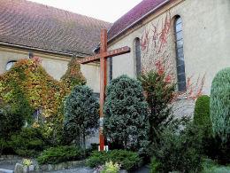 Krzyż misyjny przy kościele św. Marii Magdaleny. Wielichowo, powiat grodziski.