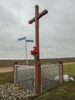 Krzyż przydrożny przy drodze do Gradowic ustawiony w 1971 r. w miejscu wcześniejszych. Wielichowo-Wieś, gmina Wielichowo, powiat grodziski.