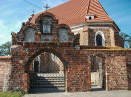Obraz Matki Boskiej w szczycie bramy prowadzącej do kościoła św. Jadwigi. Wilkowo Polskie, gmina Wielichowo, powiat grodziski.