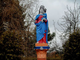 Przydrożna kapliczka kolumnowa z figurą Matki Boskiej z Dzieciątkiem przy ulicy Głównej. Wilkowo Polskie, gmina Wielichowo, powiat grodziski.