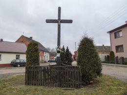 Krzyż przydrożny u zbiegu ulicy Krótkiej z Przemysłową. Wilkowo Polskie, gmina Wielichowo, powiat grodziski.