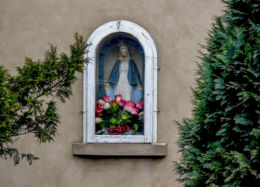 Przydrożna kapliczka wnękowa na ścianie domu przy ulicy Kościańskiej. Wilkowo Polskie, gmina Wielichowo, powiat grodziski.