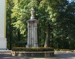 Figura Matki Boskiej przed kościołem franciszkanów Woźniki, gmina Grodzisk Wielkopolski, powiat grodziski.