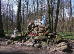 Kapliczka Matki Bożej z Lourdes w lesie otaczającym klasztor. Woźniki, gmina Grodzisk Wielkopolski, powiat grodziski.