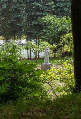 Figura św. Franciszka w klasztornym ogrodzie. Woźniki, gmina Grodzisk Wielkopolski, powiat grodziski.