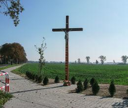 Krzyż przydrożny stojący na skraju wsi. Woźniki, gmina Grodzisk Wielkopolski, powiat grodziski.