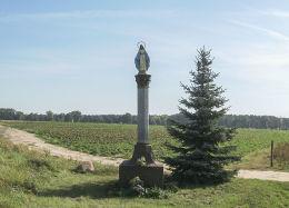 Kapliczka przydrożna, słupowa Matki Boskiej przy drodze do Czacza. Ziemin, gmina Wielichowo, powiat grodziski.