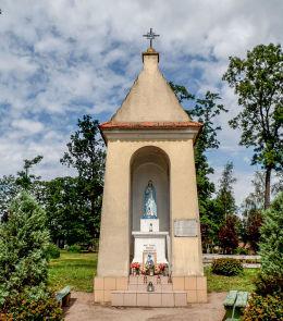 Kapliczka Matki Boskiej na skaju parku miejskiego. Stawiszyn, powiat kaliski.