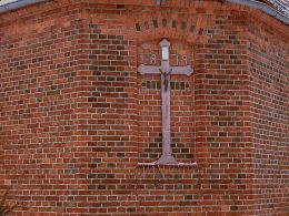 Krzyż pasyjny w niszy prezbiterium kościoła z rokiem jego budowy. Zbiersk, gmina Stawiszyn, powiat kaliski.