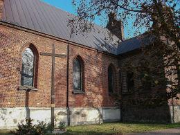 Krzyż przy kościele parafialnym Dobrego Pasterza i św. Mikołaja. Ślesin, powiat koniński.