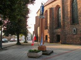 Kapliczka kolumnowa z figurą Matki Boskiej przed kościołem farnym. Kościan, powiat kościański.