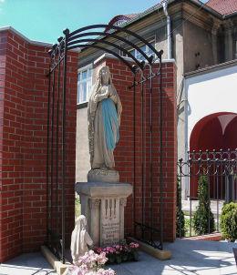 Kapliczka z figurami Matki Boskiej z Lourdes i św. Bernadetty. Kościan, powiat kościański.